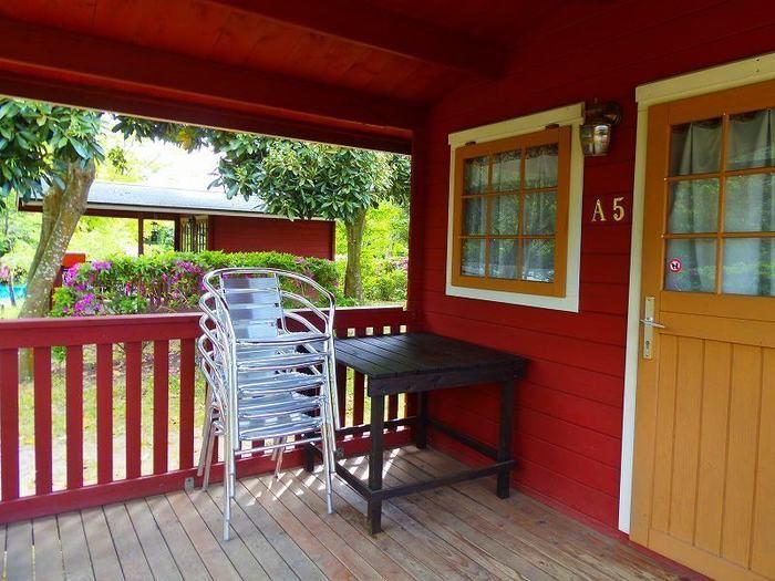 イレブンオートキャンプ場のログキャビンの玄関