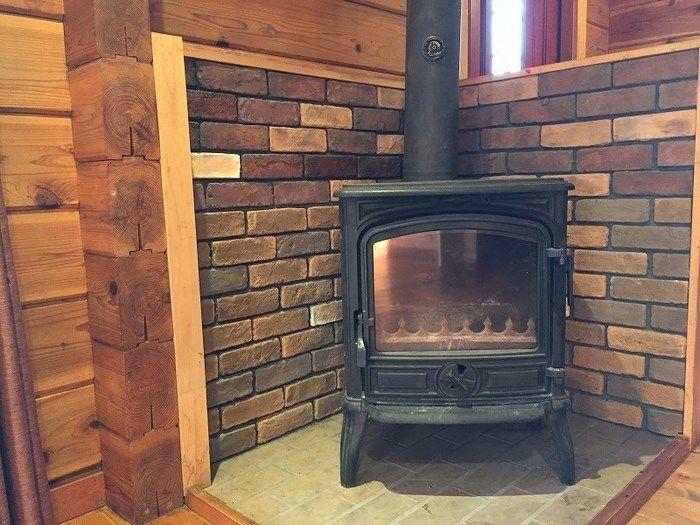 イレブンオートキャンプ場のカナディアンコテージ内の暖炉
