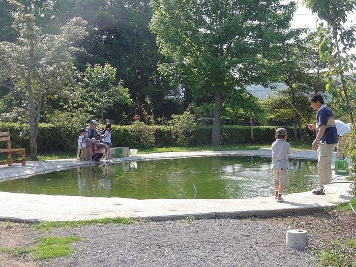 イレブンオートキャンプ場のホンモロコ釣り堀りで釣りを楽しむ親子達