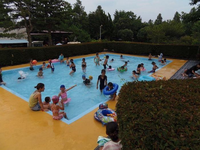 イレブンオートキャンプ場の子供用プールで遊ぶ子供達