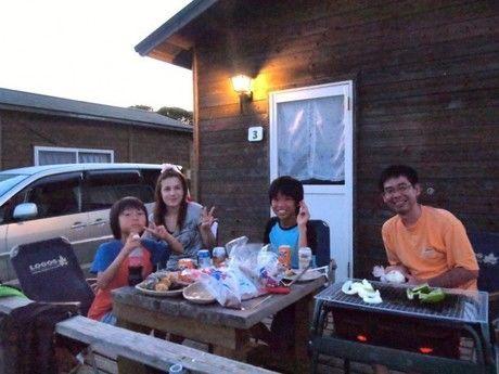 リゾート大島のコテージでバーベキューを楽しむ家族