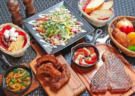 サラダや肉料理