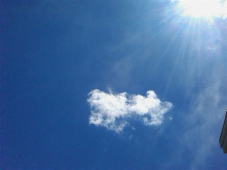 雲の浮かぶ青空