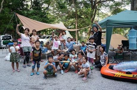 篠沢大滝キャンプ場でキャンプを楽しむ子供達