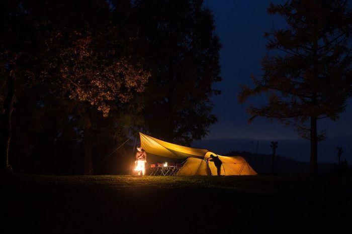 夜のキャンプでのエントリーパック TT
