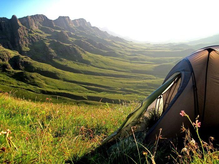 丘陵に立てられたテント