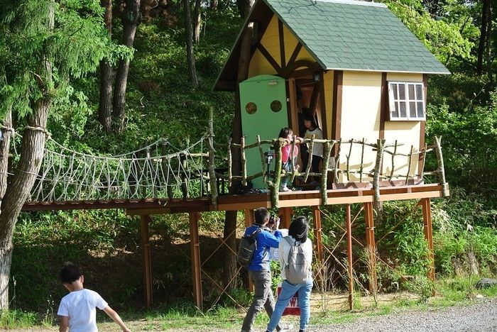 グリム冒険の森で遊ぶ家族