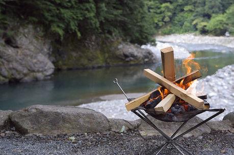 川沿いでたき火