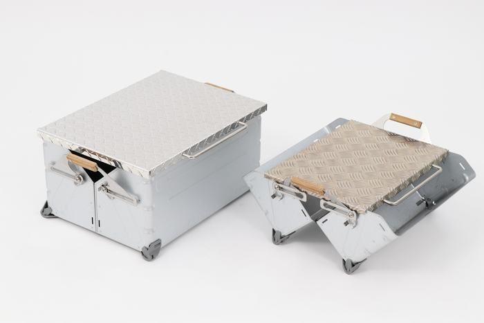2種類の縞板鉄板とシェルターコンテナ