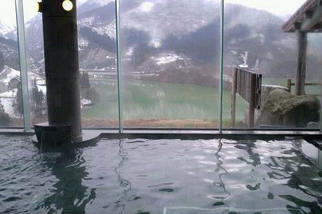 窓の外に雪山が見える温泉