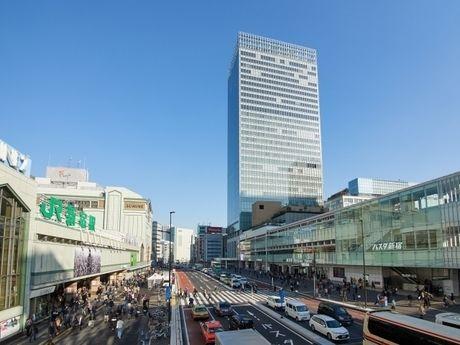 新宿駅前の街並み