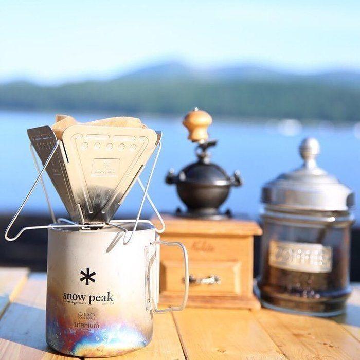 コーヒーミルとマグカップ