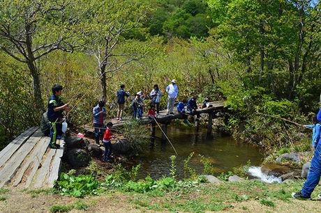 鳥海高原家族旅行村釣りをする人々