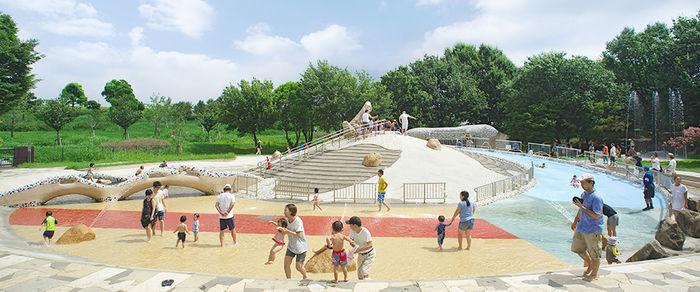 舎人公園で遊ぶ親子たち