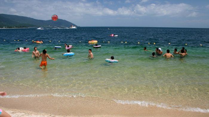 琵琶湖で泳ぎを楽しむ人々