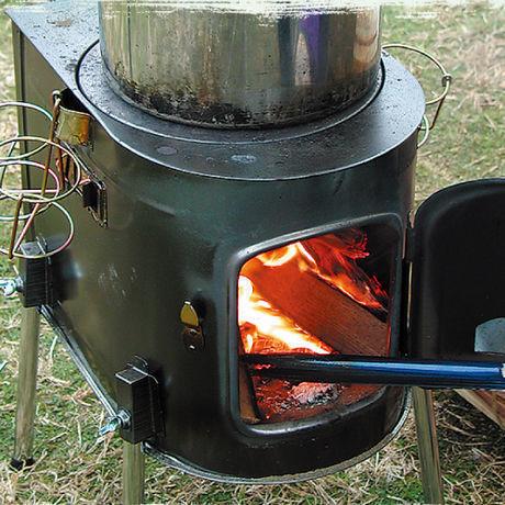 薪ストーブで火を炊いている様子