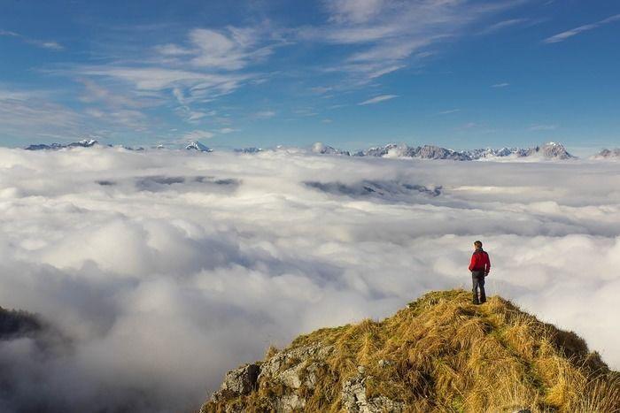 雄大な雲海を見下ろす男性