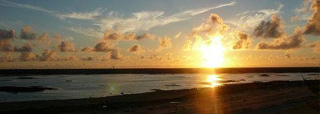 シンリ海浜公園の海に沈む夕日
