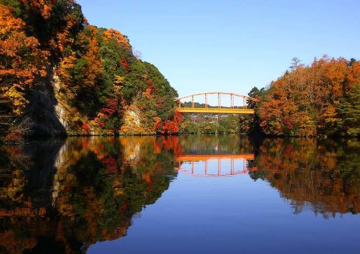 紅葉の木々と湖に反射する橋