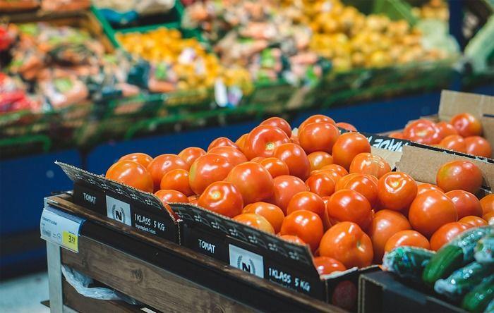 スーパーに並ぶトマト