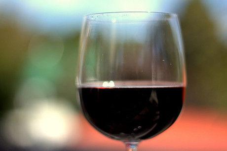 赤ワインの入ったアウトドアワイングラス