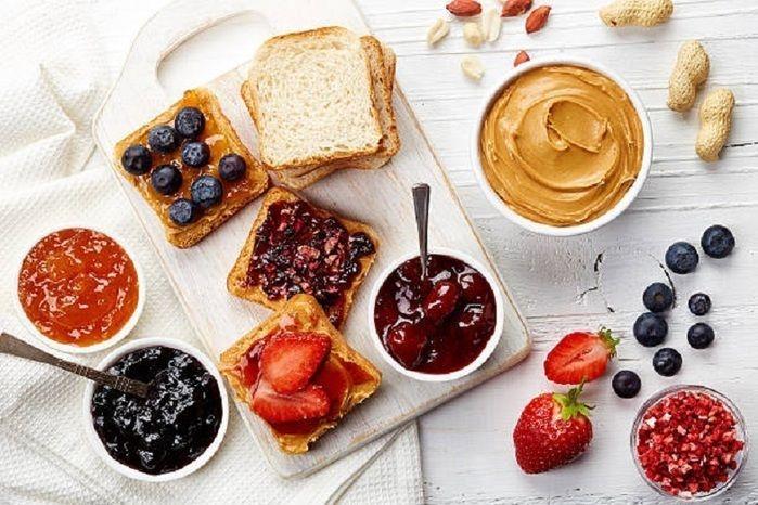 色とりどりのジャムやフルーツとパン