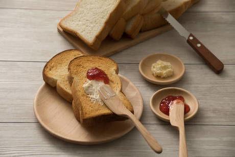 パンとジャムを塗ったトースト