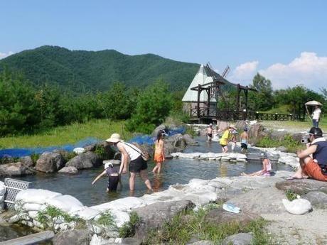 フレンドパークむかわで水遊びをする子供たち