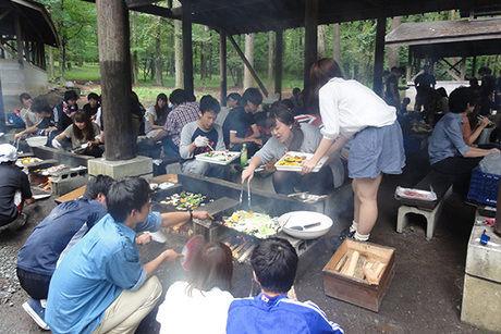 町営創造の森デイキャンプ場でバーベキューを楽しむ人たち