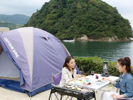 休暇村 南淡路でキャンプをする女性2人