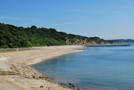 新都志海水浴場の遠浅の砂浜