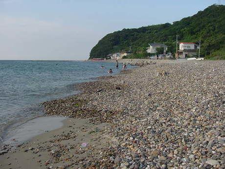 新五色浜県民サンビーチの玉石が敷き詰められた海岸