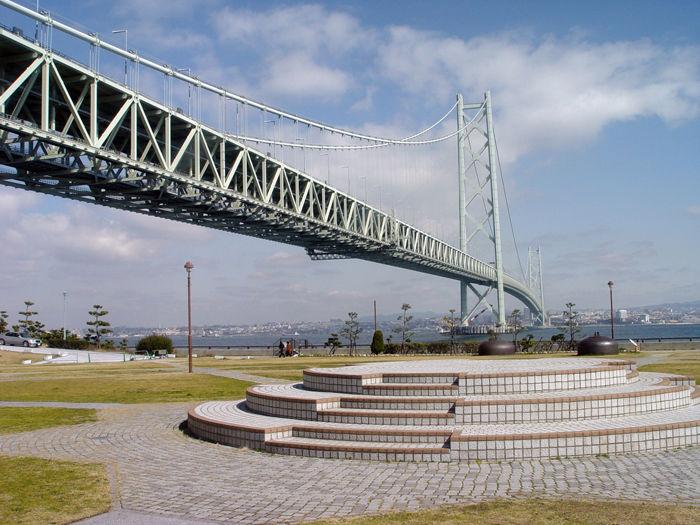 神戸明石海峡を見上げる公園