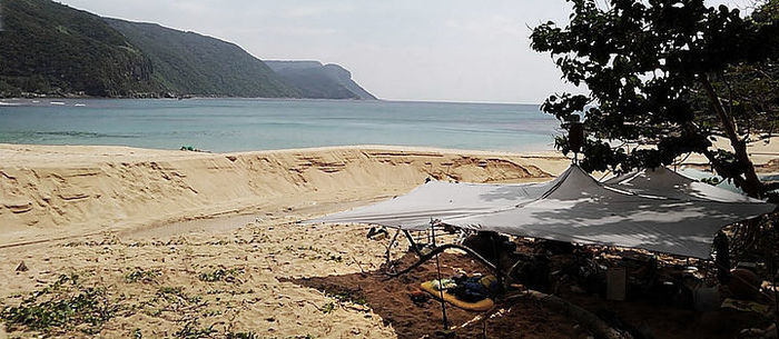 浜辺に設営されたパーゴワークスのニンジャタープ