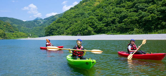 黒瀬キャンプ場でカヌーを楽しむ人たち