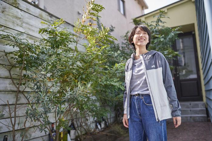 ミレーのジャケットを着ている笑顔の女性