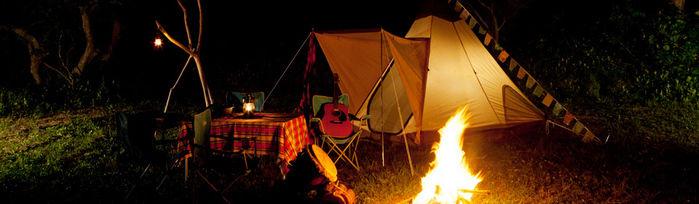 夜のテントエリアでのキャンプの様子