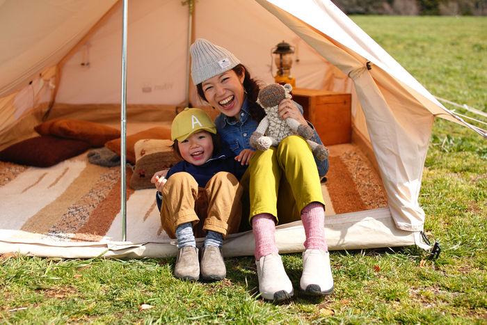 テントに座る笑顔の親子