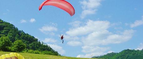 大佐山オートキャンプ場でパラグライダーを楽しむ人
