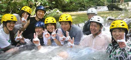 大佐山オートキャンプ場でシャワートレッキングを楽しむ人たち