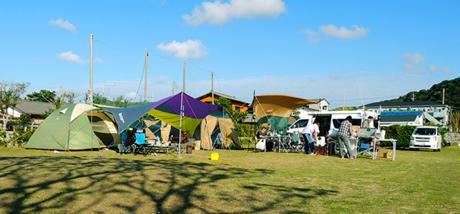 海紅豆オートキャンプ場でキャンプする人々