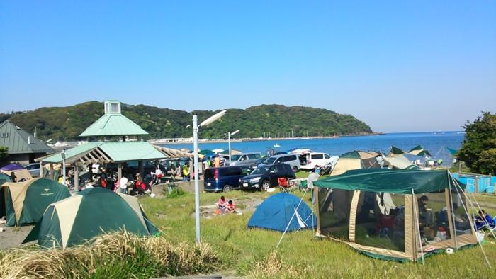 多田良北浜海岸キャンプ場でキャンプをする人々