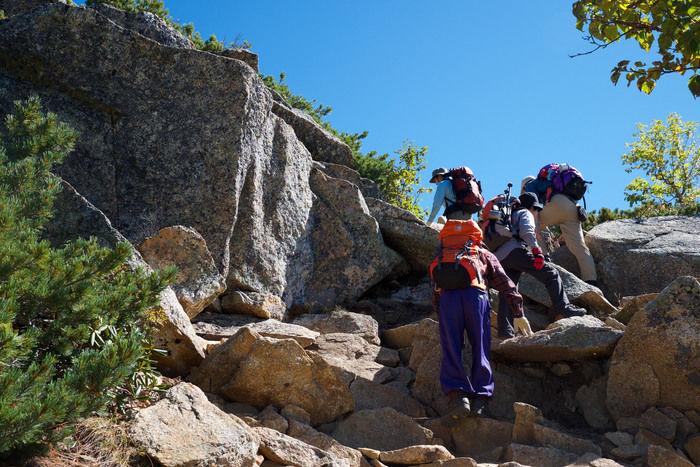 甲斐駒ヶ岳の岩場を登る人たち