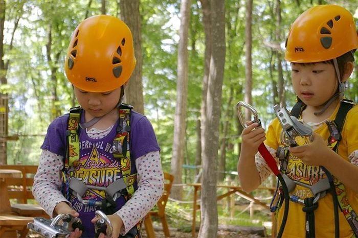 樹上冒険アドベンチャーをしている子供たち
