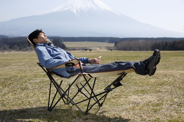 Reclining Siesta Chairに座っている人