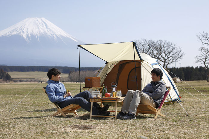 富士山を背景にキャンプをする2人