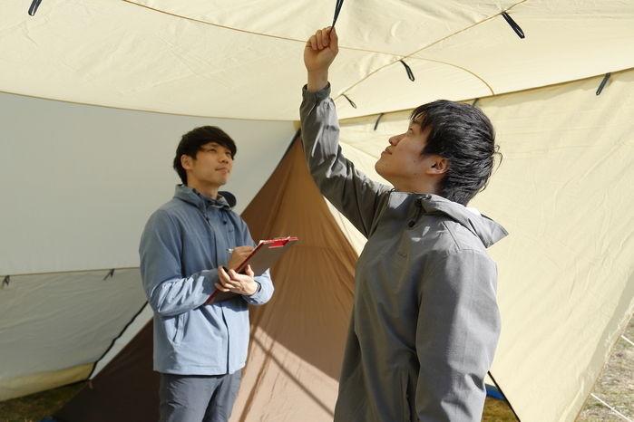 テントを確認する人