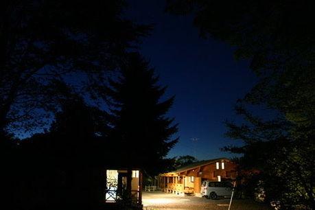 夜の堂平天文台 星と緑の創造センターのコテージの様子