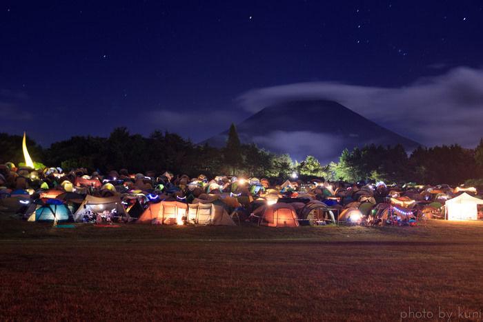 夜の朝霧ジャンボリーオートキャンプ場でのキャンプの様子