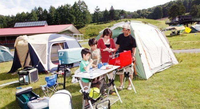 丸沼高原オートキャンプ場でバーベキューをしている家族の写真